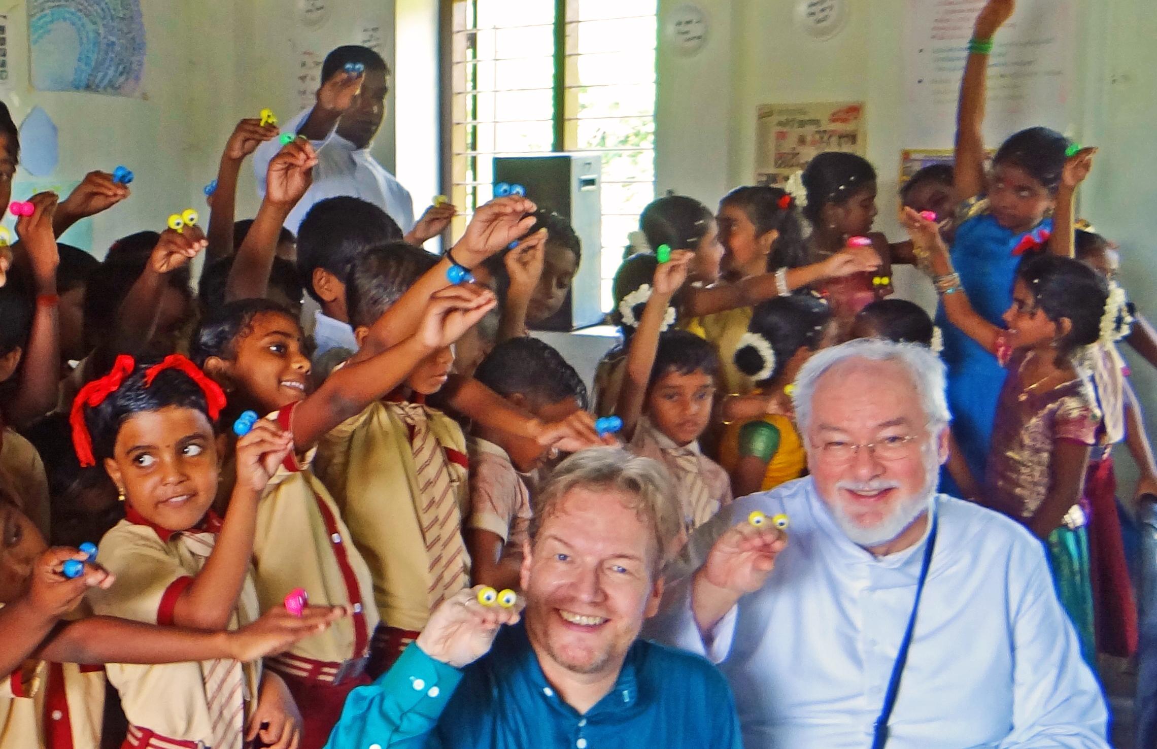 Kinder einer indischen Schule lernen Puppenspiel